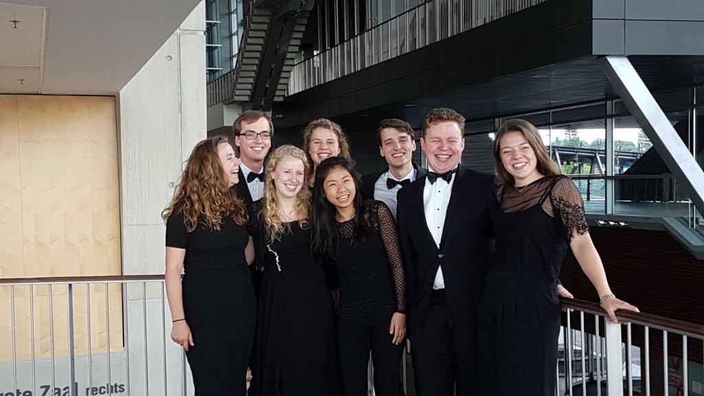 Links naar rechts: Ivo Lemken, Bram Boesschen Hospers, Judith Bruijn, Christiaan de Wolf, Hidde Offerhaus, Eloise Davis, Hidde Bekkers, Elise Rodenburg